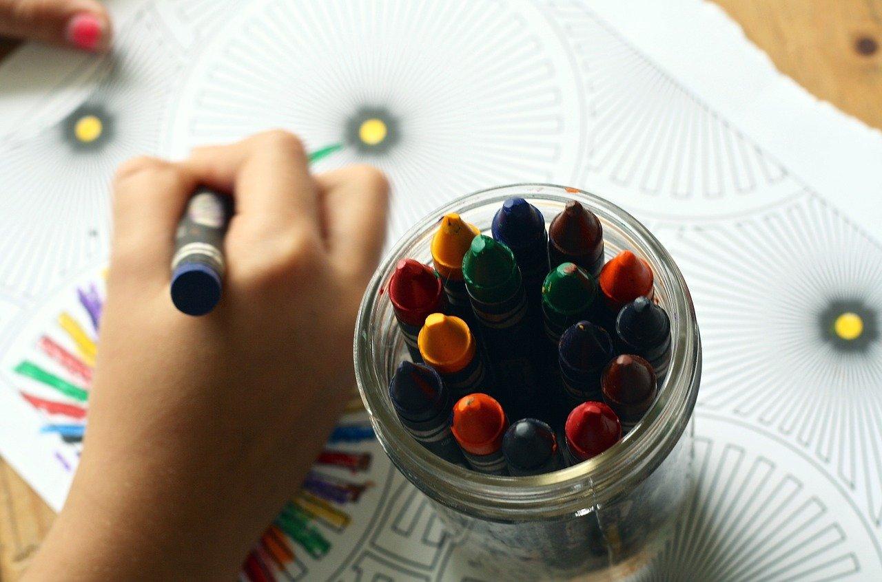 Un enfant avec des crayons de couleur