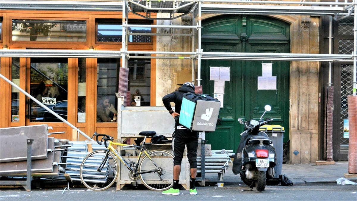 Un livreur Deliveroo en plein travail