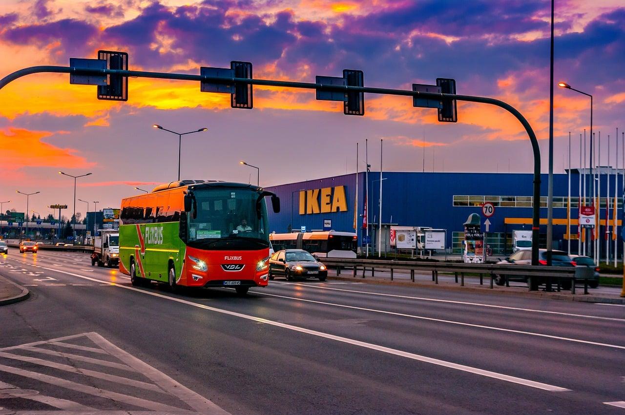 Un magasin Ikea au soleil couchant