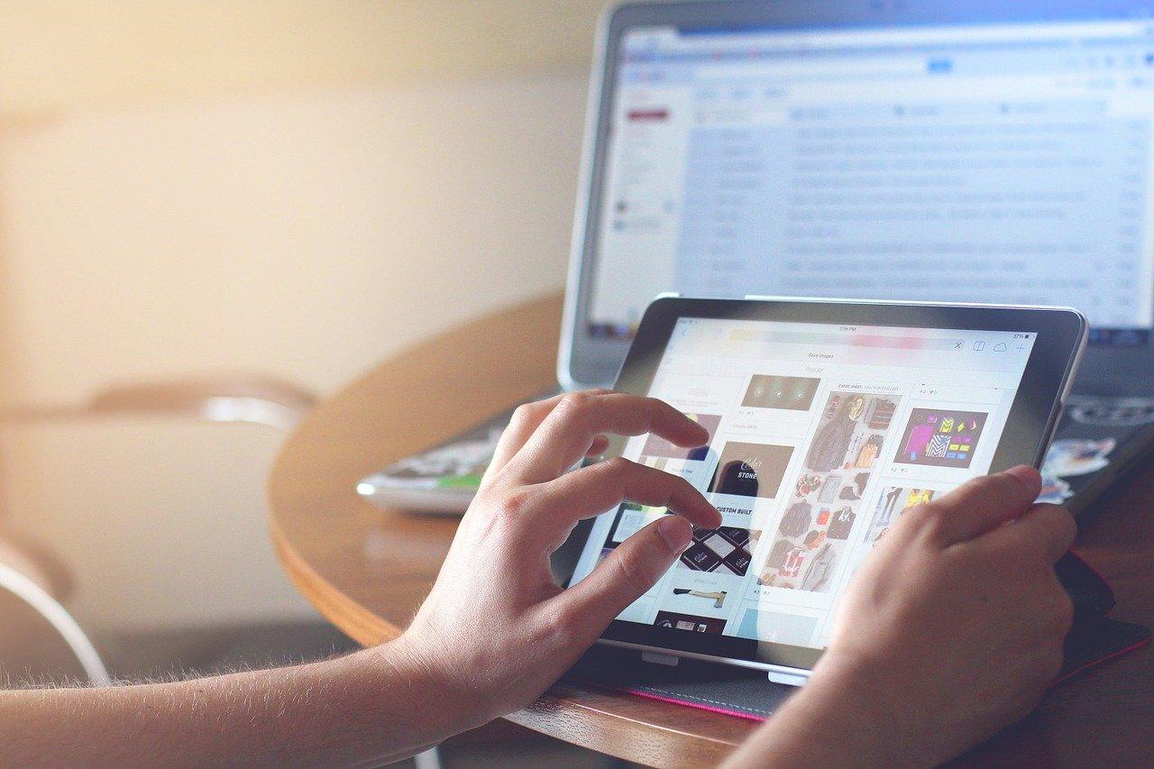 Une personne en train de surfer sur Internet