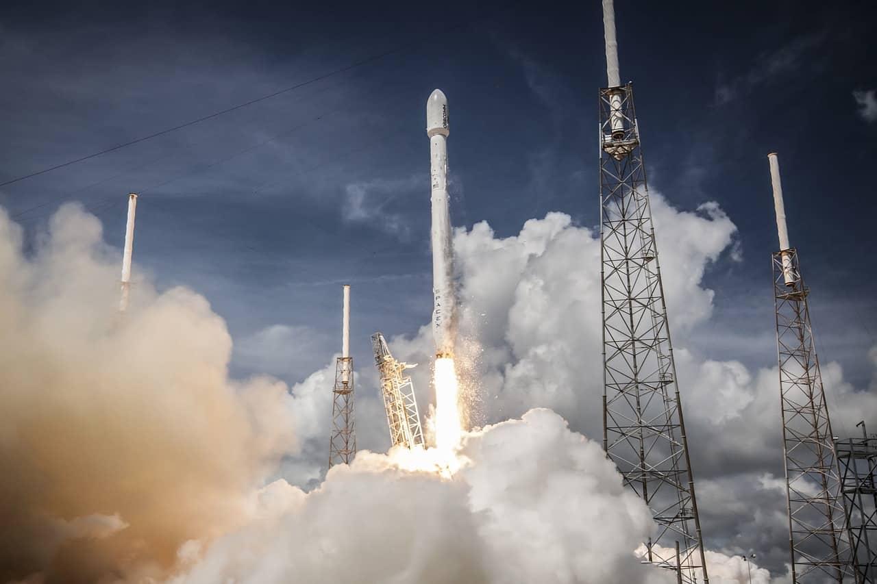 Une fusée en train de décoller
