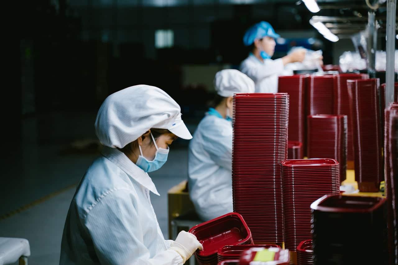 Des travailleurs chinois dans une usine