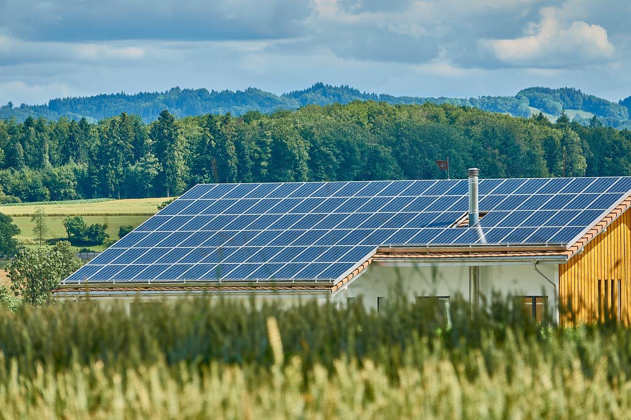 Des panneaux photovoltaïque sur le toit d'une maison