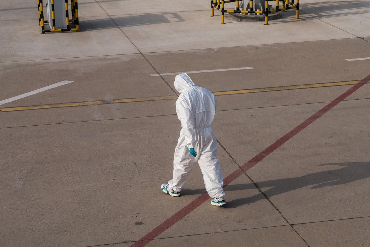 Un homme en combinaison en train de marcher