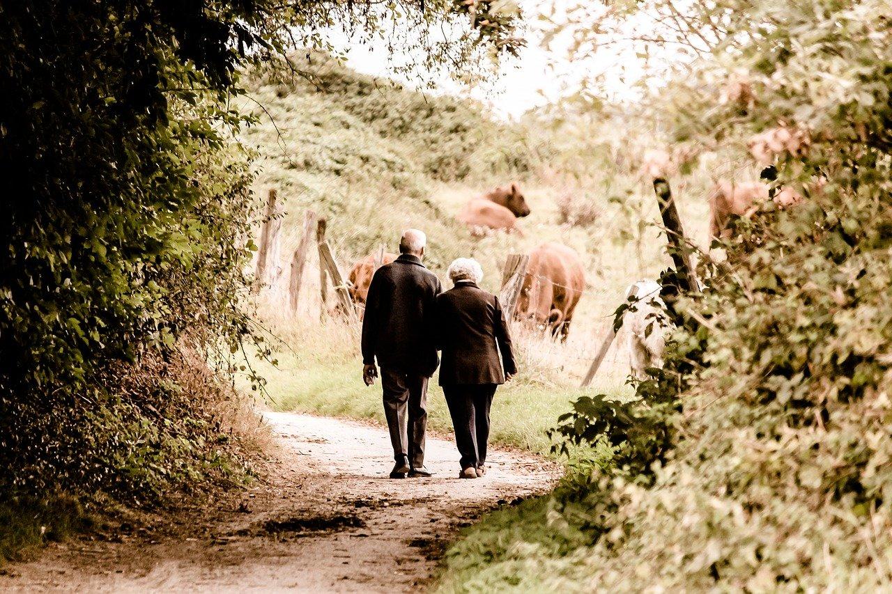 Deux personnes âgées en train de marcher