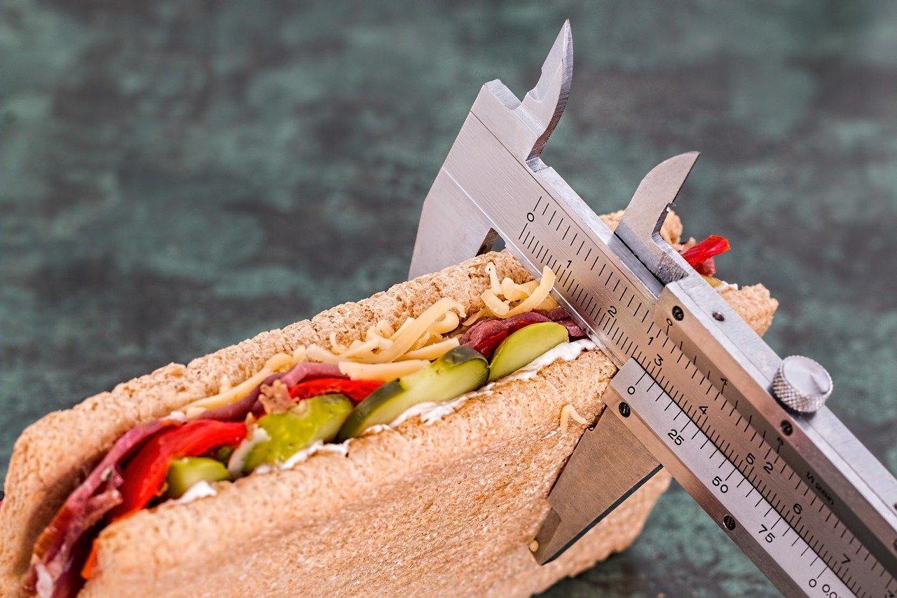 Un sandwich en train de se faire mesurer