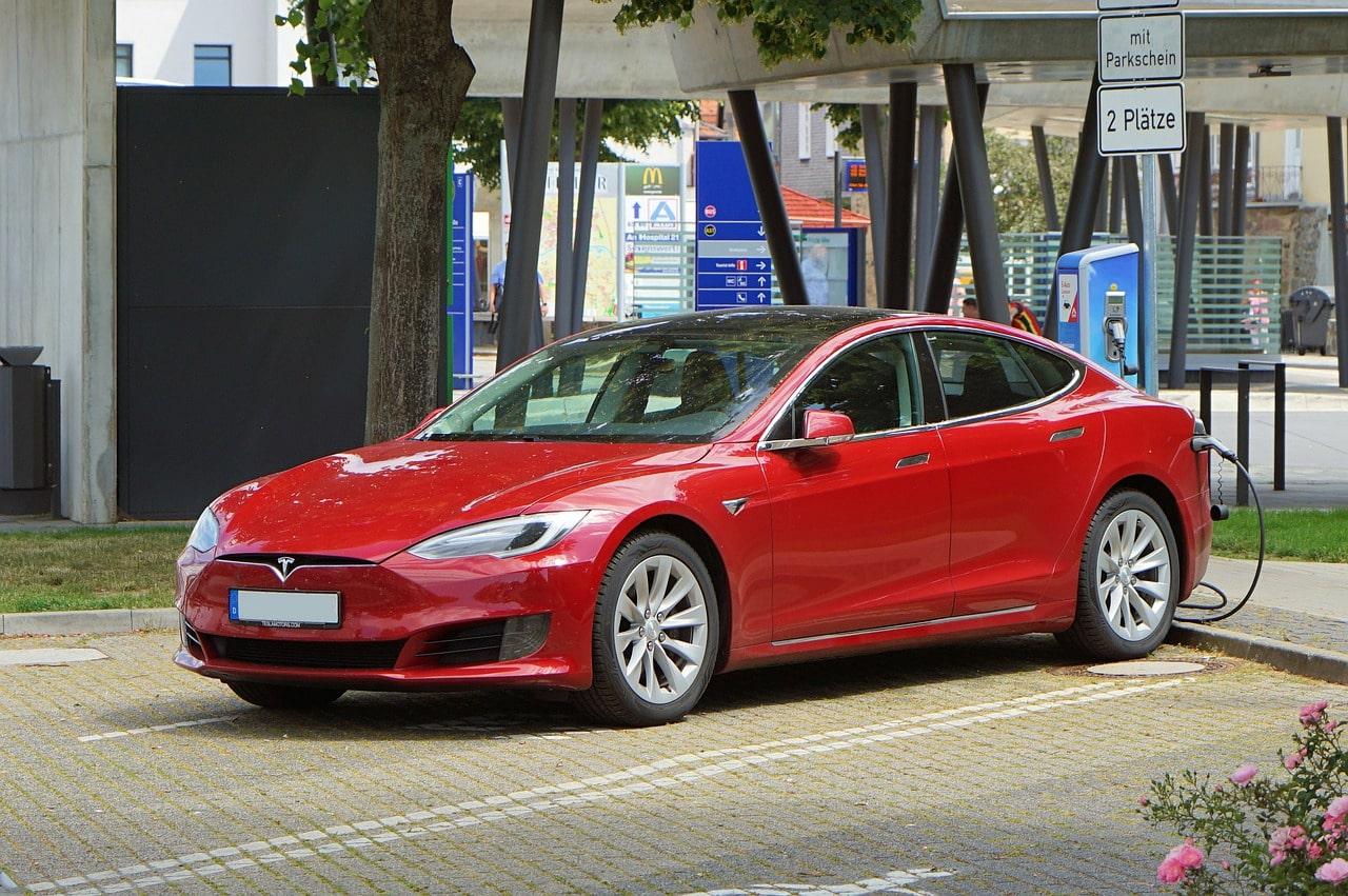 Une Tesla arrêtée à une borne de charge