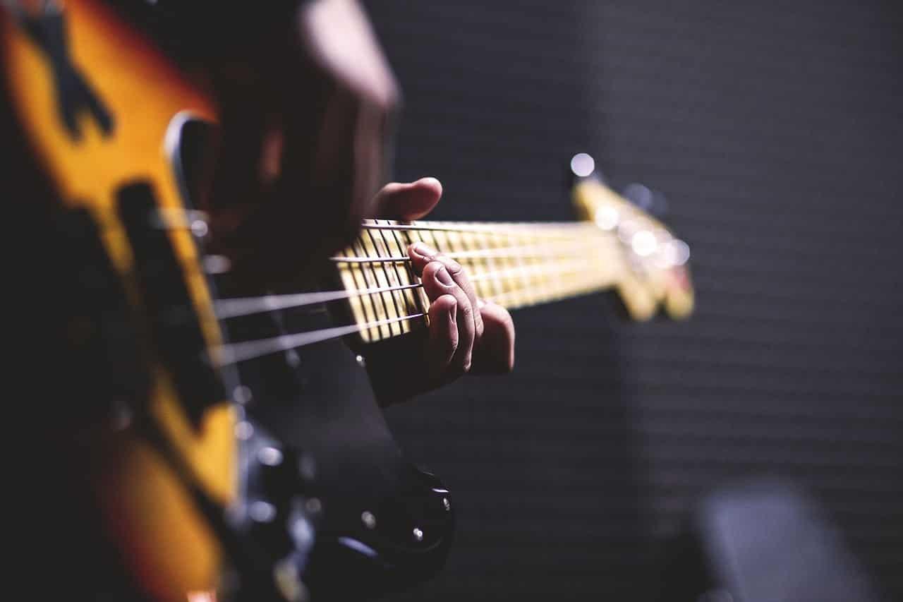 Un homme en train de jouer de la guitare