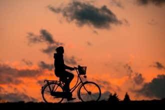 Une personne en train de faire du vélo