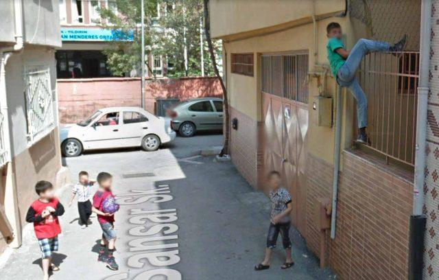 Un garçon en train de franchir une barrière sur Google Maps