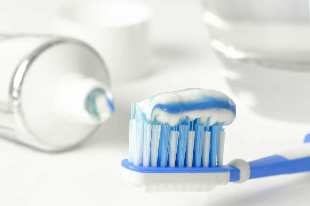 Du dentifrice sur une brosse à dents