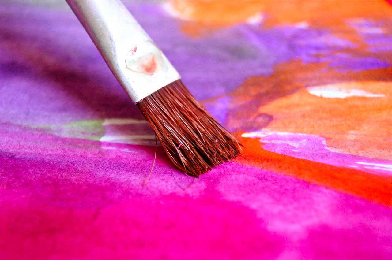 Un pinceau en train de courir sur une toile