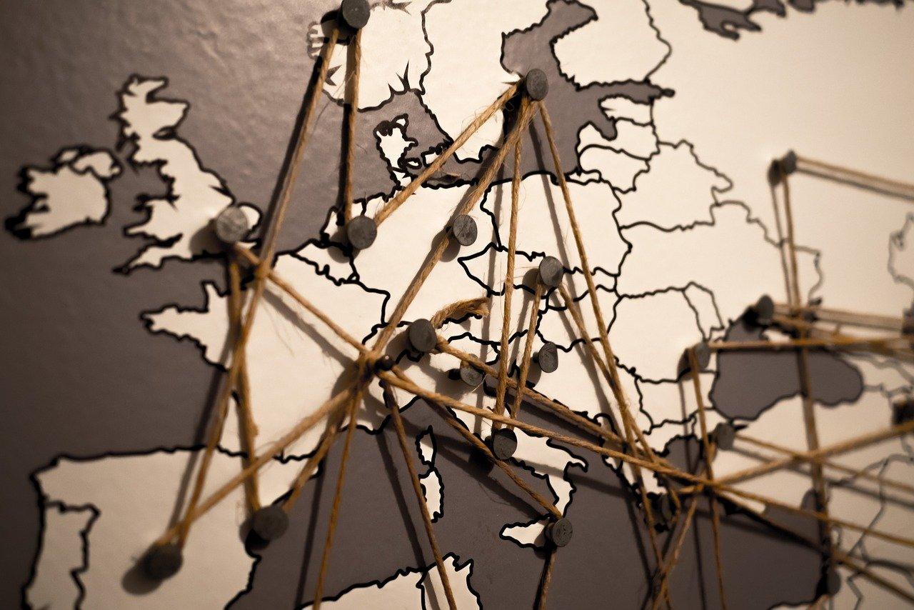 Une carte de l'Europe avec des repères traçant des itinéraires.
