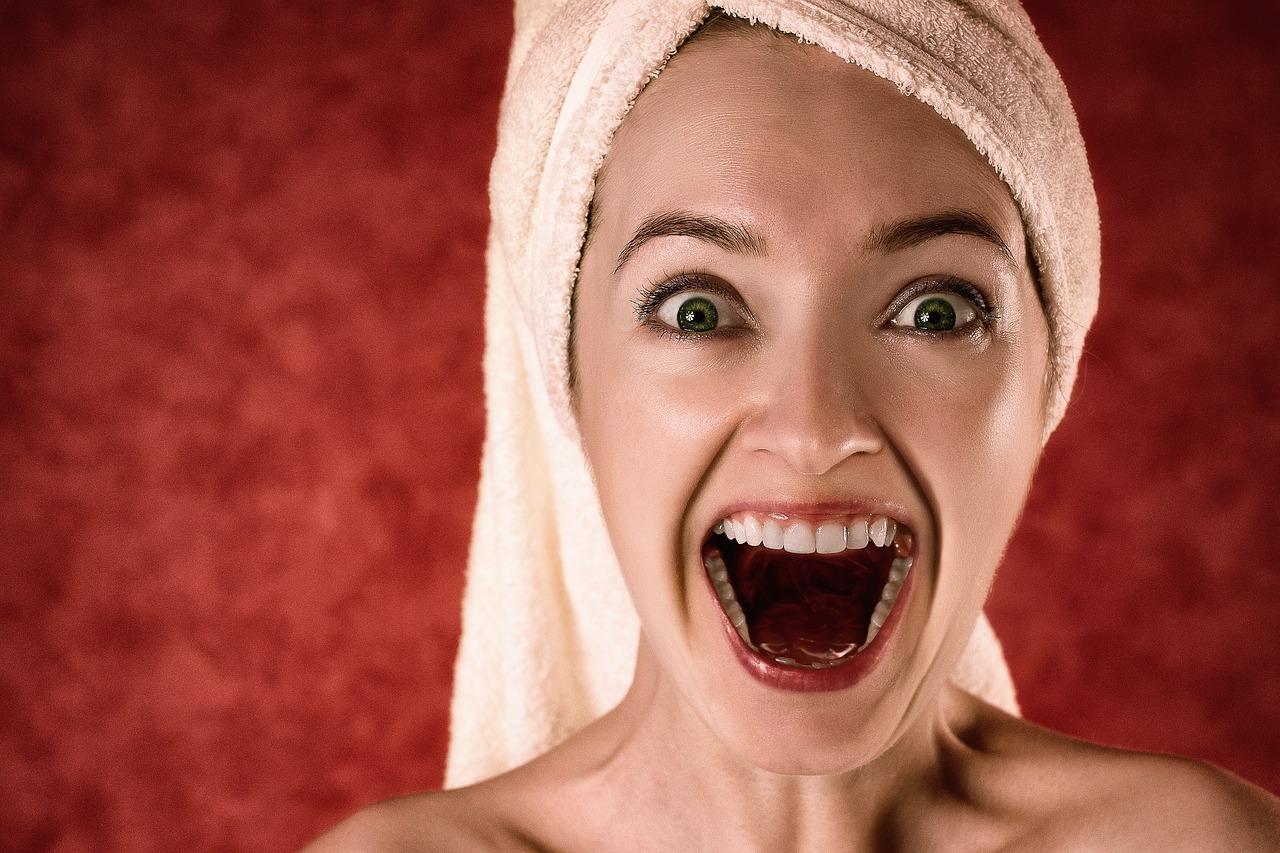Une femme la bouche ouverte