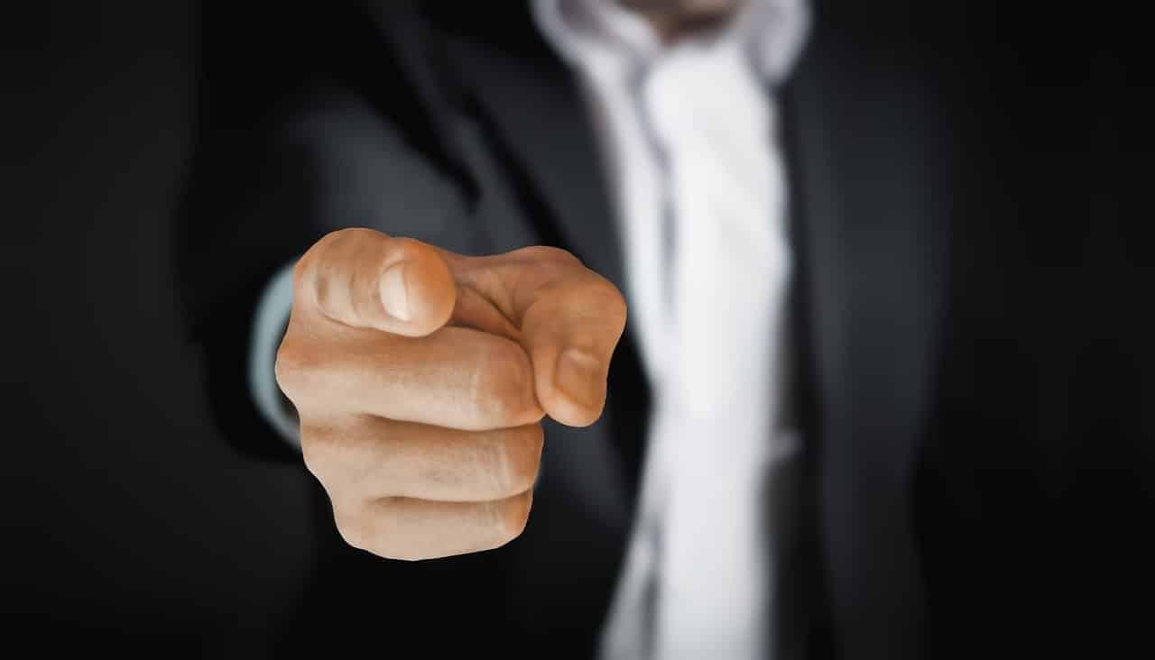 Un homme vous pointant du doigt