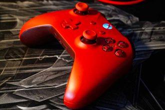 Une manette de Xbox rouge