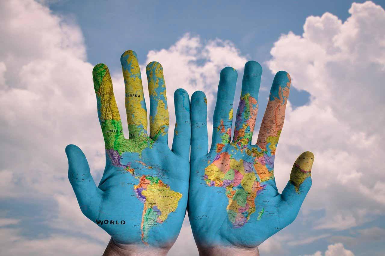 Deux mains sur lesquelles ont été peintes un planisphère terrestre