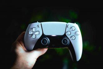 Une photo de la DualSense, la manette de la PS5