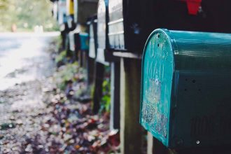 Des boîtes aux lettres attendant le courrier