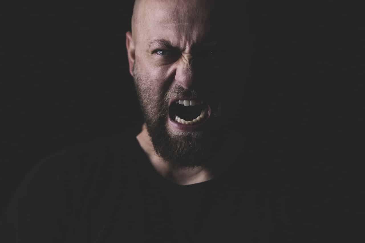 Un homme en train de crier