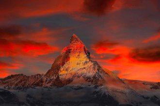 La photo d'un pic montagneux