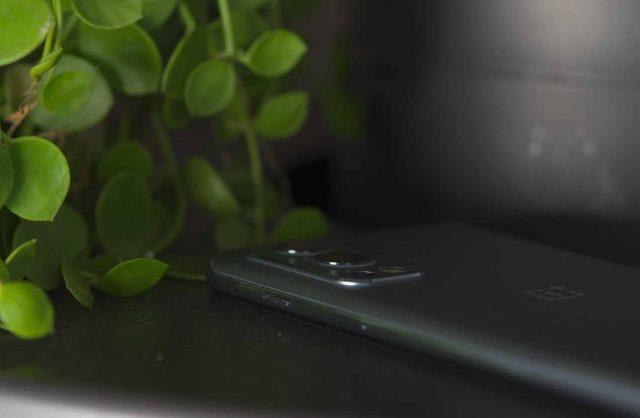 Une photo du module photo arrière du OnePlus Nord 2