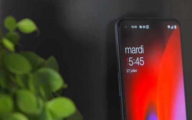 Une photo du OnePlus Nord 2 vu de profil