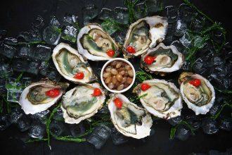 Un plat de plusieurs huîtres