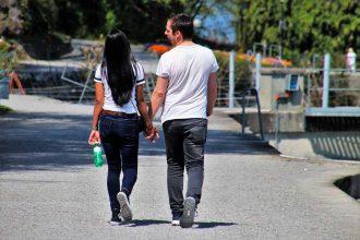 Un couple en train de marcher en se tenant la main