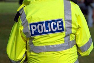 Un policier de dos