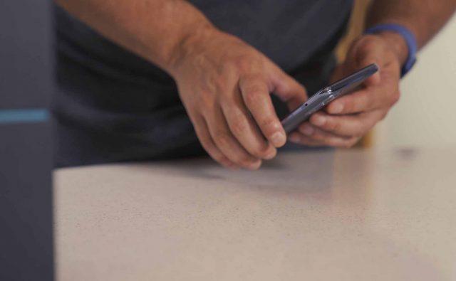 Une photo de la tranche du OnePlus Nord 2