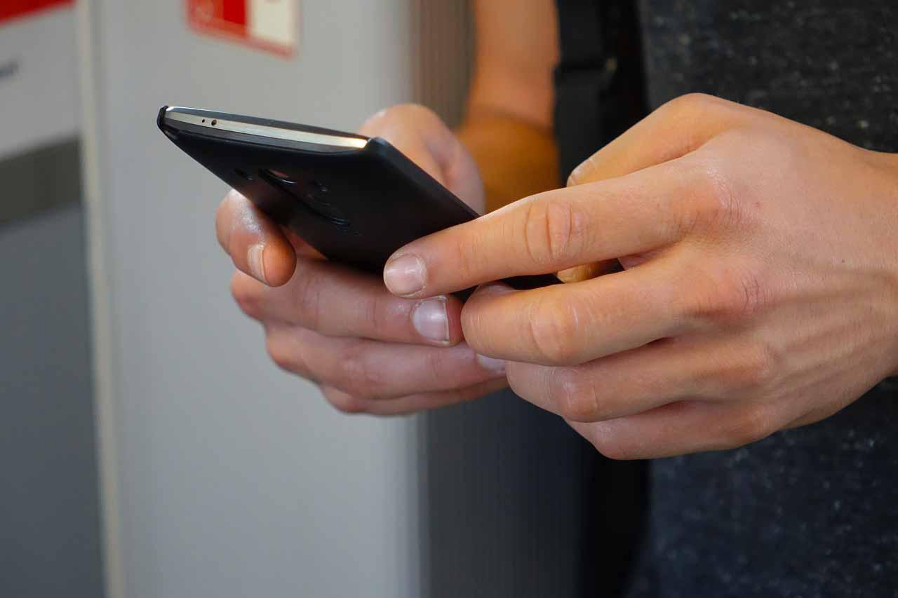 Une jeune fille utilisant WhatsApp sur un smartphone