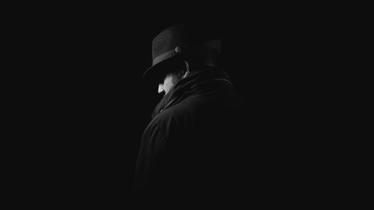 Une silhouette sombre dans le noir