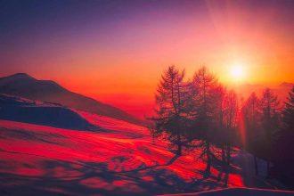 Un coucher de soleil sur un village italien