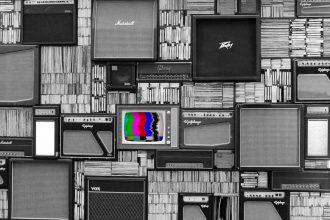 Un mur de plusieurs télévisions et d'amplis