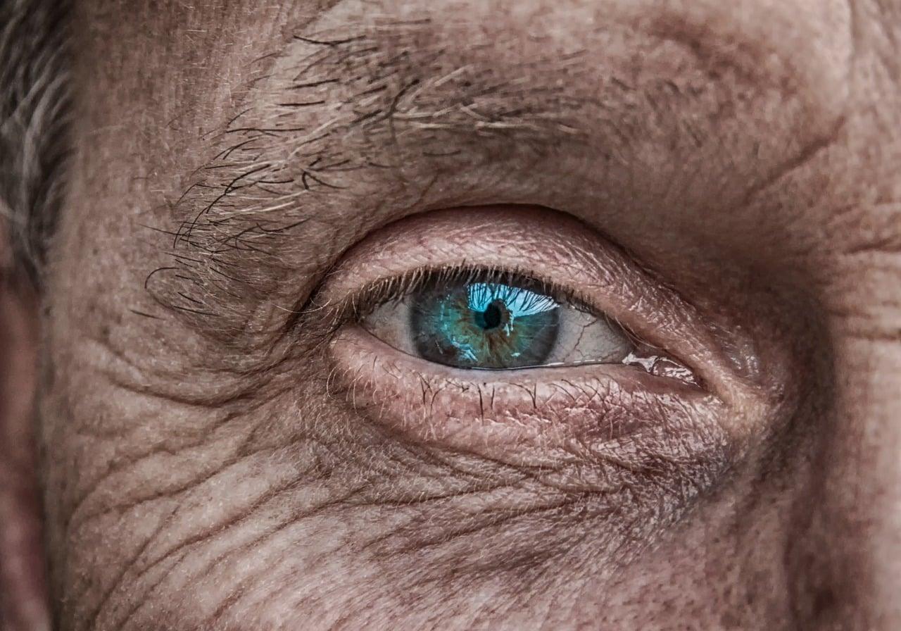 Le regard d'une personne d'âge mûr