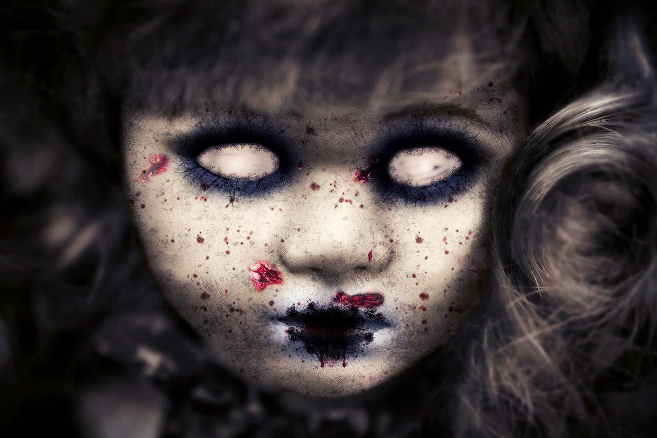 L'image d'une poupée ensanglantée