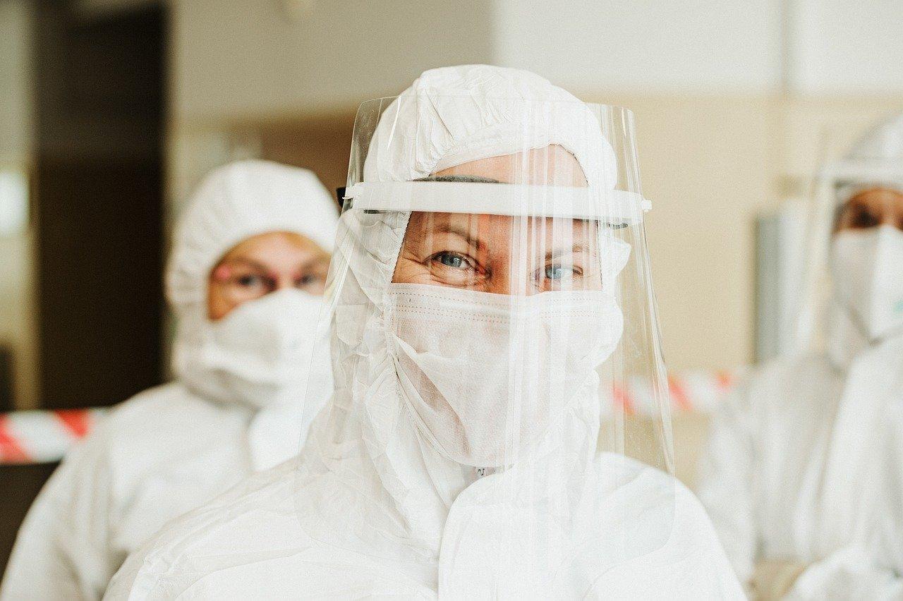 Une femme portant une combinaison médicale