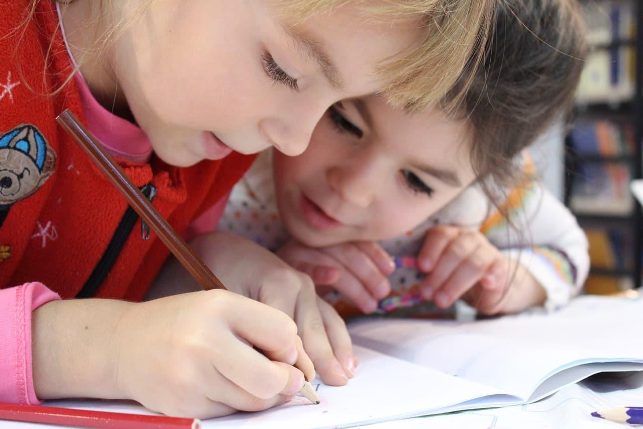 Des enfants en train de travailler ensemble