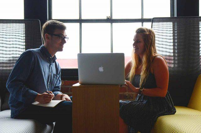 Deux personnes en train de travailler