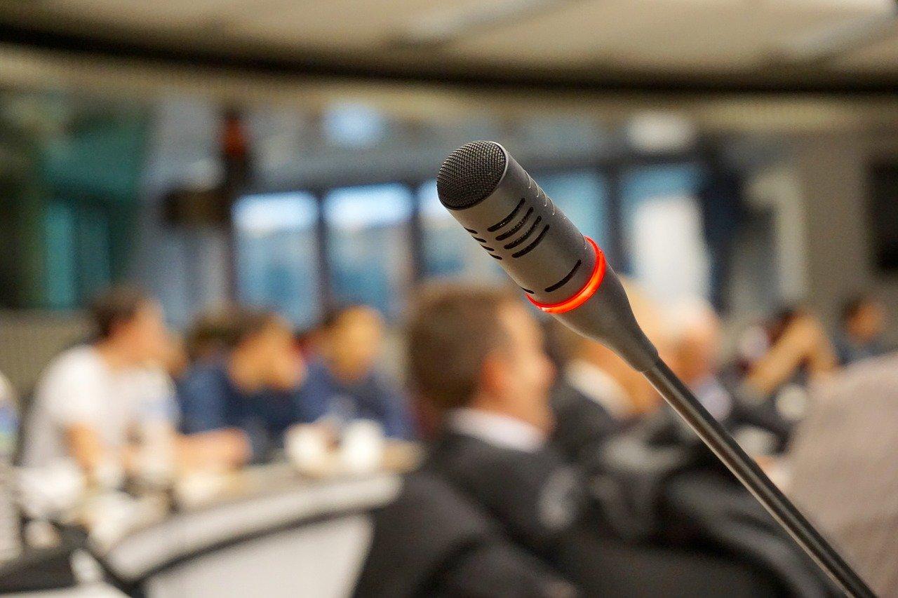 Un microphone installé sur une estrade