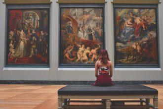 Une femme assise dans un musée