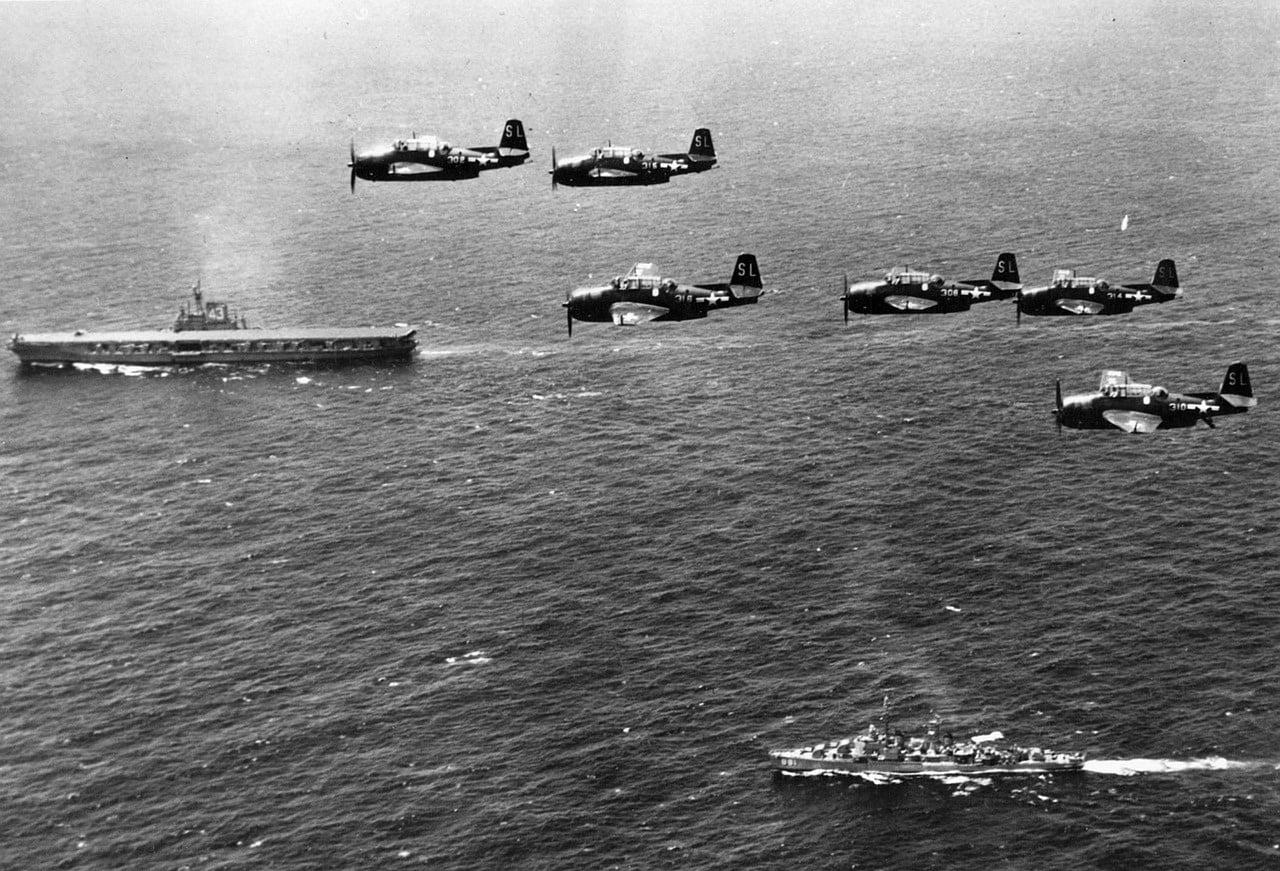 La photo d'un navire, d'un sous-marin et de plusieurs avions