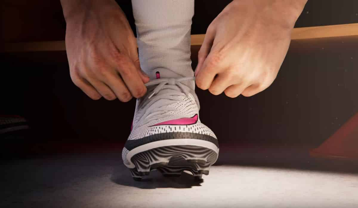 Un homme en train de lacer ses chaussures