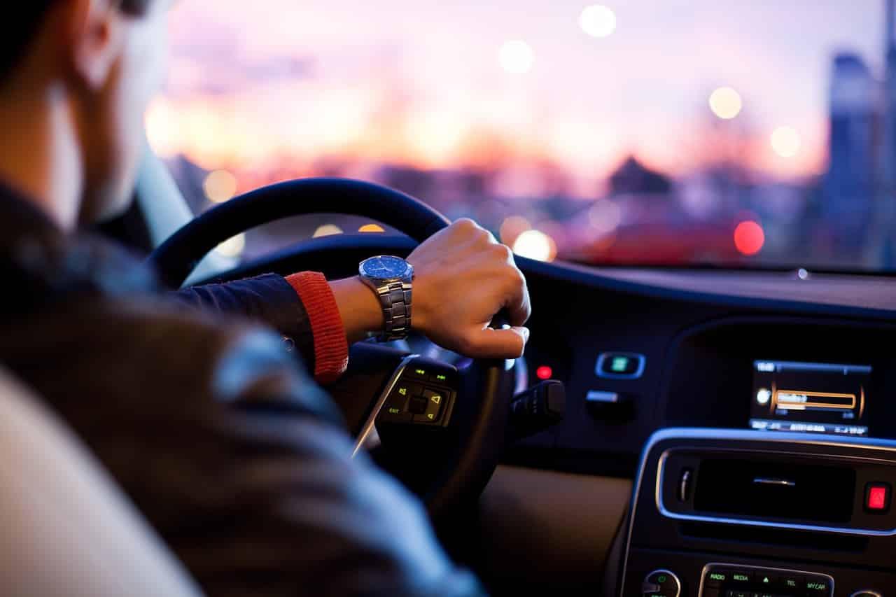Un homme en train de conduire