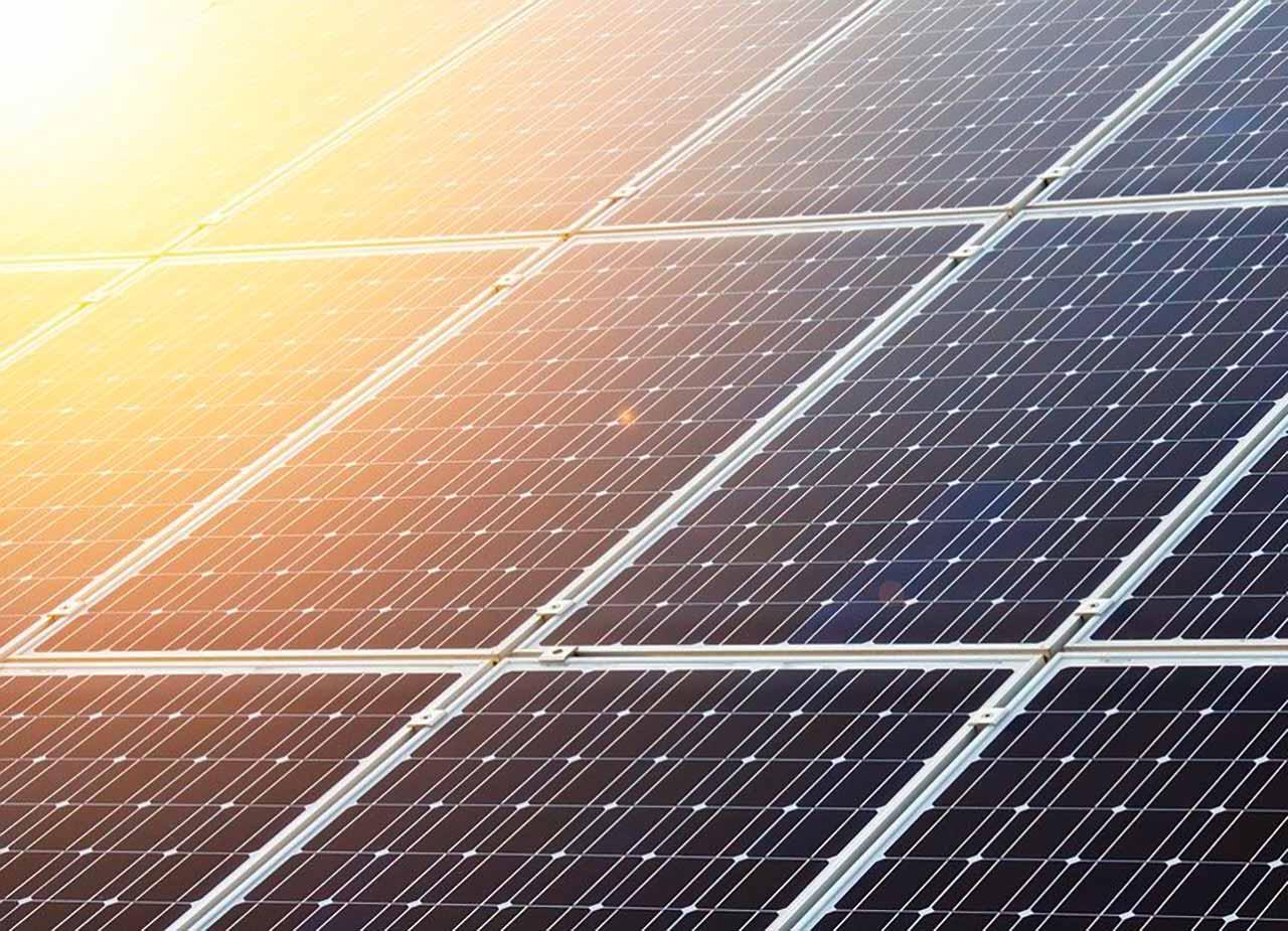 Une photo de panneaux solaires