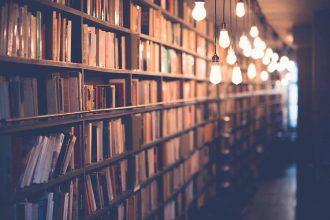 Une bibliothèque remplie de livres