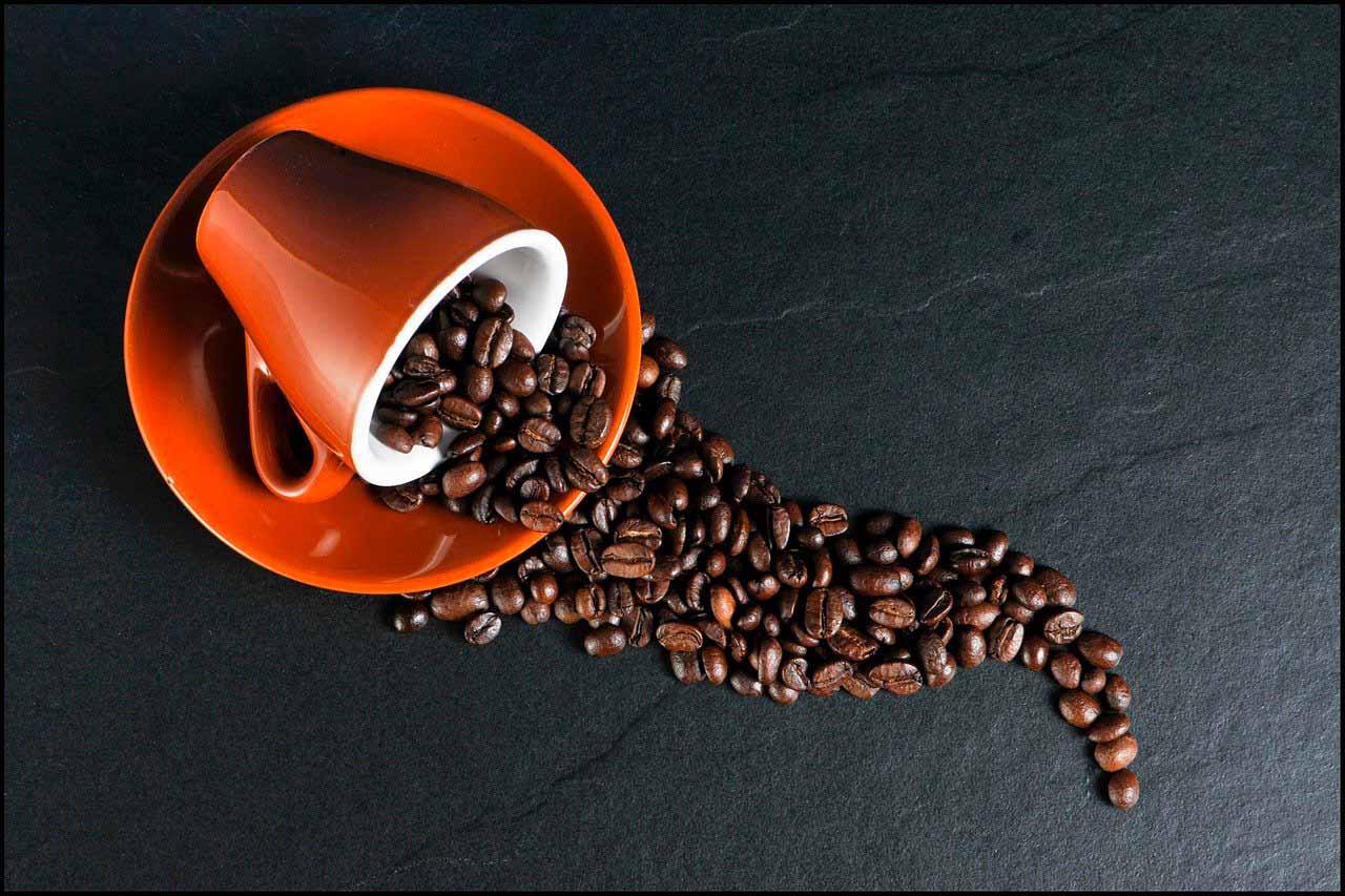 Une tasse de café renversée