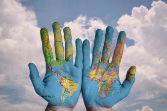 La carte du monde au creux de nos mains