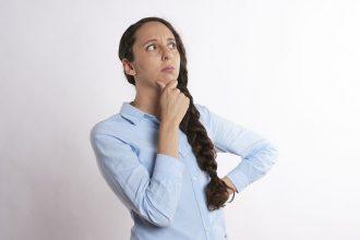 Une femme en train de réfléchir